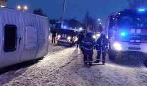 На Сульфате из-за столкновения с легковушкой перевернулся автобус с пассажирами