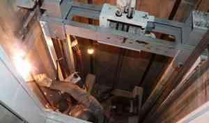 Пешком на 9-й этаж: что делать, если установленные лифты от фонда капремонта не работают две недели