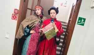 «Подчищаем закрома»: актрисы «архдрамы» шьют экомешочки из обрезков тканей для театральных костюмов