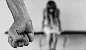 Жителя Няндомского района подозревают в истязании несовершеннолетней сожительницы