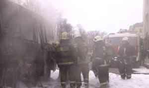 Минус два пазика и три микроавтобуса: ранним утром в Архангельске сгорела автостоянка