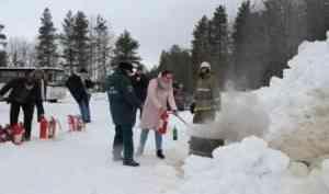 Занятие по пользованию огнетушителями прошло в Малых Корелах