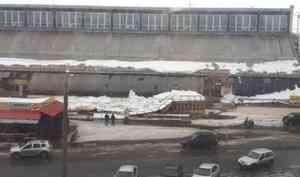 На Центральном рынке Архангельска под тяжестью снега рухнул торговый ряд