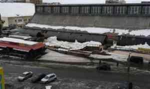 На архангельском центральном рынке из-за снега обрушились заброшенные торговые ряды