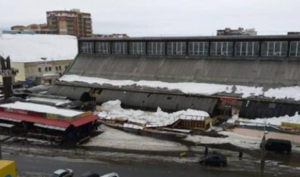 На центральном рынке Архангельска под тяжестью снега рухнули уличные торговые ряды