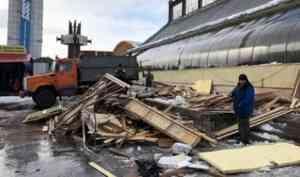 Снежная глыба снесла единственную точку сбыта фермерских продуктов в Архангельске