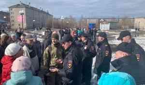 «Полиция вела себя спокойно»: в Новодвинске десятки жителей пришли на отмененный антимусорный митинг