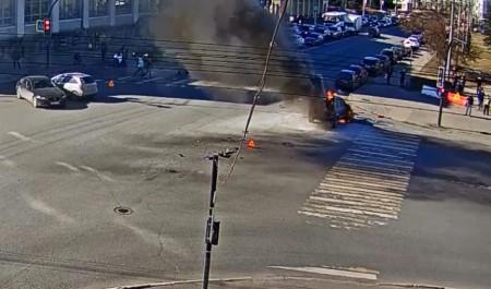 В Архангельске на перекрестке столкнулись три автомобиля