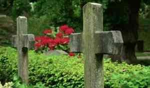 В посёлке Коноша на воинском захоронении по могилам ездит тяжёлая техника